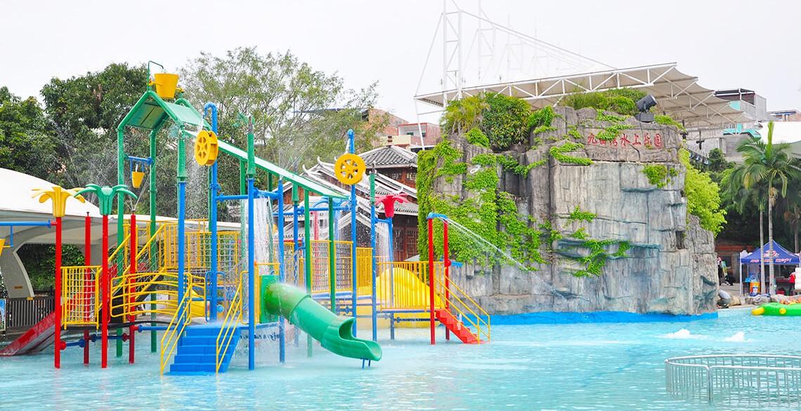 在游泳池旁边,成人儿童皆宜,有滑梯、攀岩、大桶、小桶、秋千等。